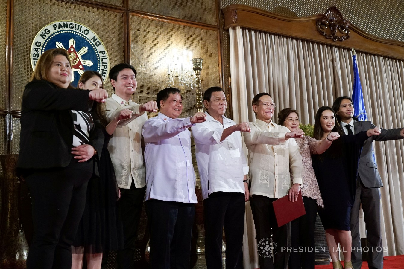 President Rodrigo Roa Duterte flashes his signature pose with newly appointed Health Secretary Francisco Duque III as well as his family and relatives following the oath-taking ceremony in Malacañan Palace on November 6, 2017. KING RODRIGUEZ/PRESIDENTIAL PHOTO