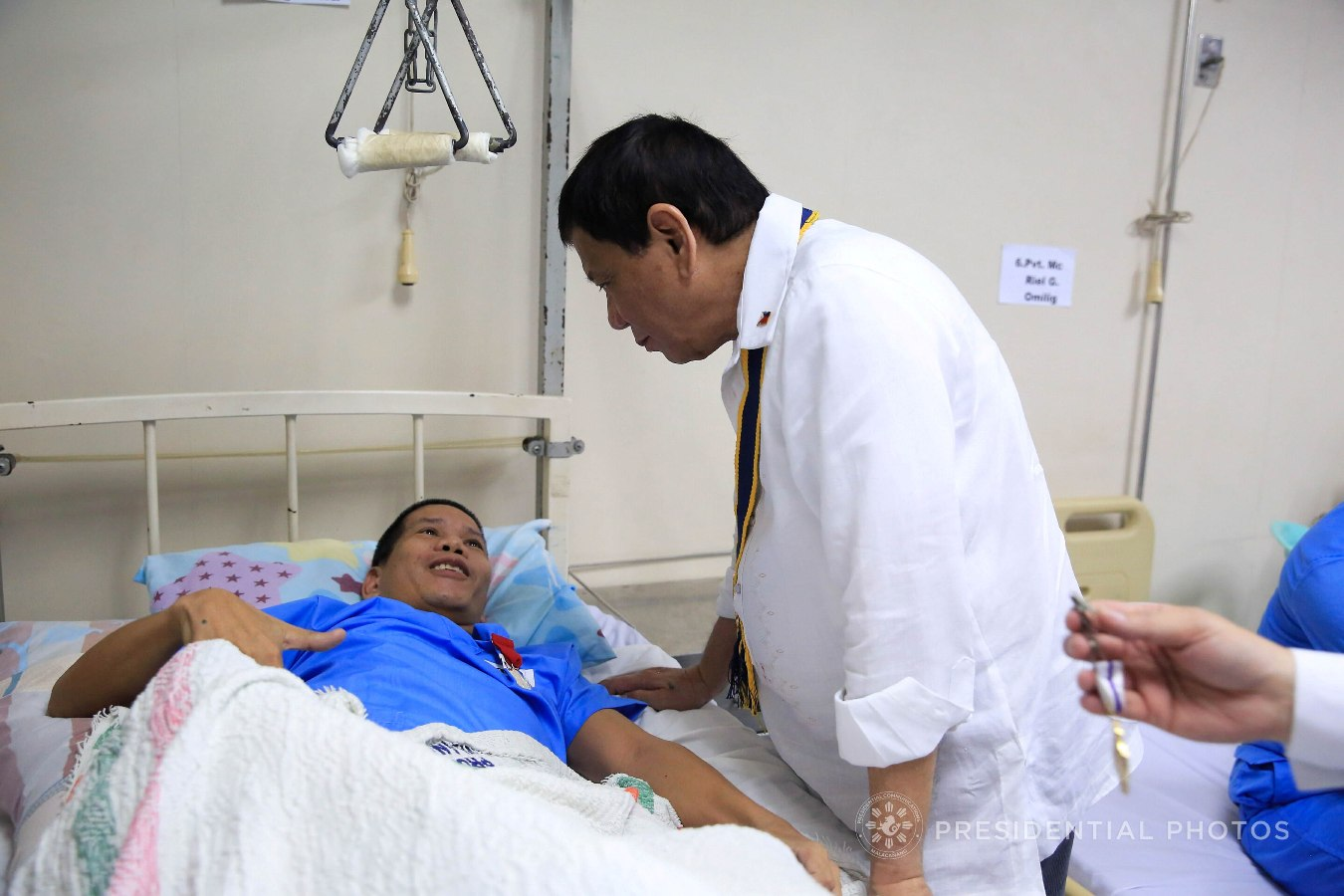 President Rodrigo Roa Duterte chats with TSgt. Rolly Magalona who was awarded with the Order of Lapu-Lapu Kampilan Medal during the President's visit to the wounded troopers at the Manila Naval Hospital in Fort Andres Bonifacio, Taguig City on November 7, 2017. ALBERT ALCAIN/PRESIDENTIAL PHOTO