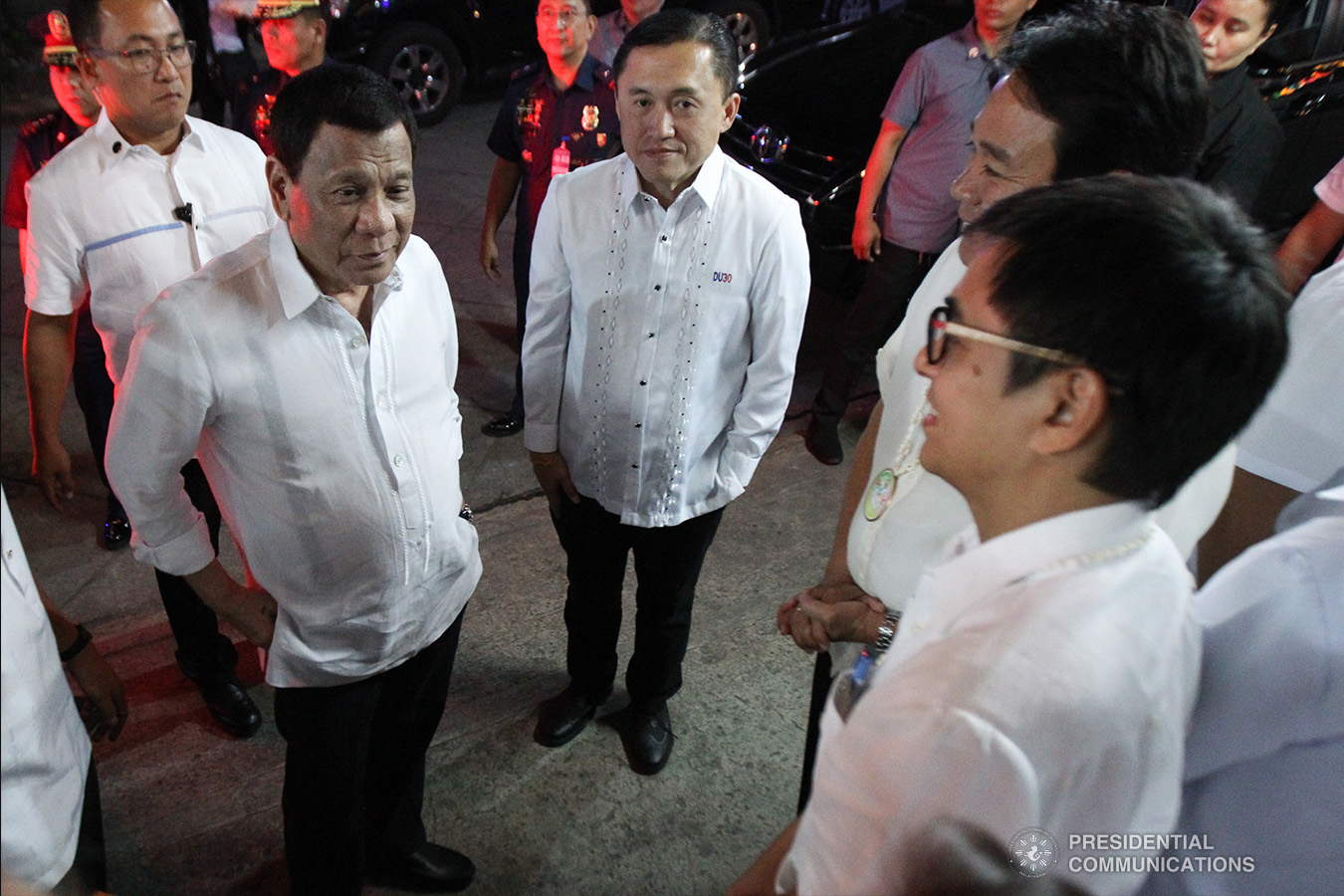 """President Rodrigo Roa Duterte gets into a huddle with Former Special Assistant to the President Christopher Lawrence """"Bong"""" Go and members of the Pasay City Council during the Barangay Summit on Peace and Order held at the Cuneta Astrodome in Pasay City on January 8, 2019. ARCEL VALDERRAMA/PRESIDENTIAL PHOTO"""