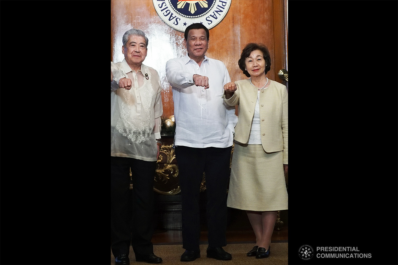 President Rodrigo Roa Duterte strikes his signature pose with Japan House of Councillors President Chuichi Date and his spouse Yuko during their courtesy call on the President at the Malacañan Palace on January 8, 2018. RENE LUMAWAG/PRESIDENTIAL PHOTO