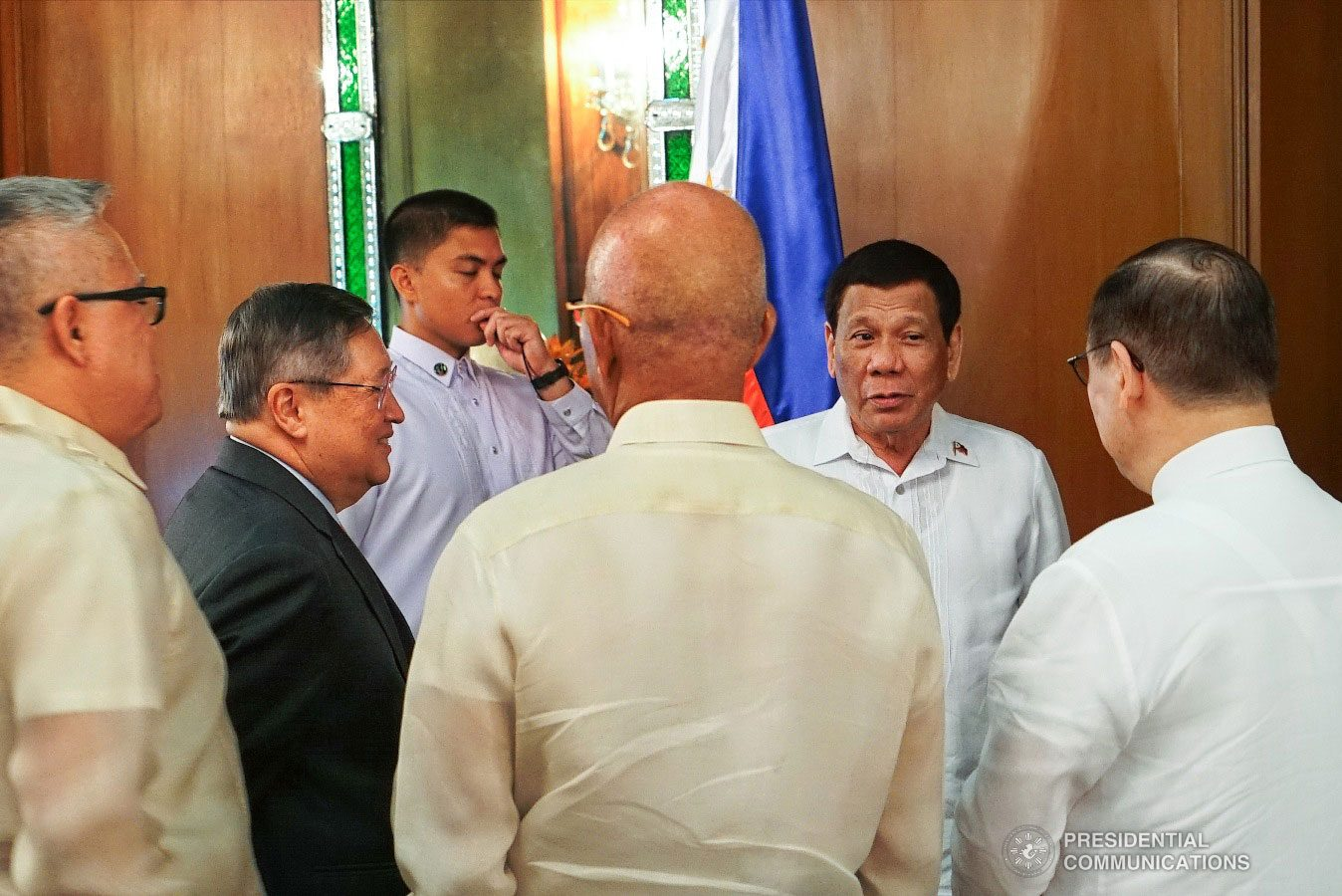 President Rodrigo Roa Duterte gets into a huddle with some members of his cabinet at the sidelines of the presentation of credentials of the Ambassadors-designate of The Czech Republic and The Commonwealth of Australia at the Malacañan Palace on January 15, 2019. RENE LUMAWAG/PRESIDENTIAL PHOTO