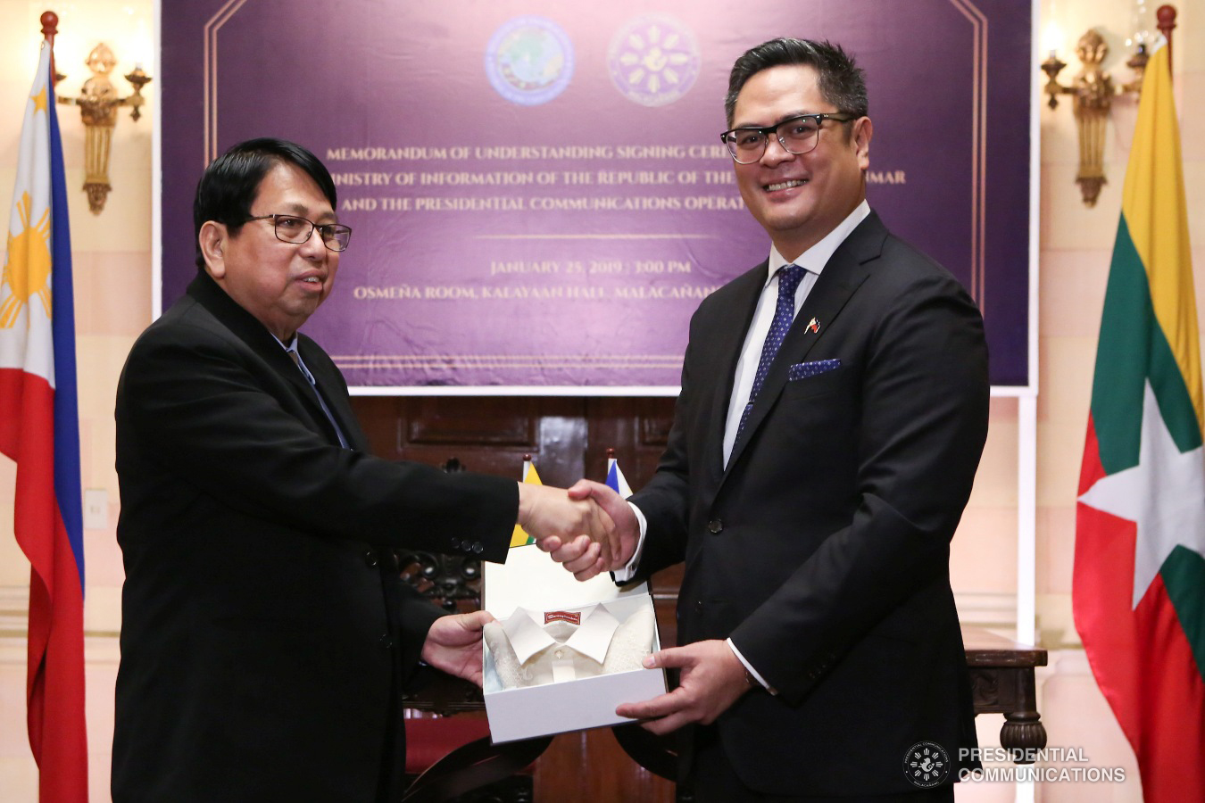 Presidential Communications Operations Office (PCOO) Secretary Martin Andanar hands over a token to Myanmar Minister of Information Pe Myint following the   signing of the Memorandum of Understanding at the Kalayaan Hall in Malacañang on January 25, 2019. ALBERT ALCAIN/PRESIDENTIAL PHOTO