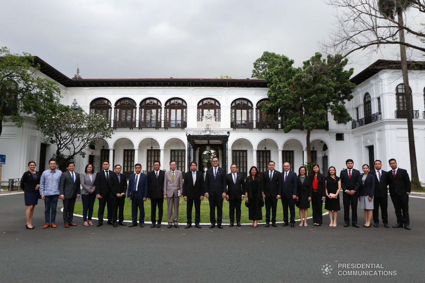 Presidential Communications Operations Office (PCOO) Secretary Martin Andanar and other officials of the PCOO pose for posterity with Myanmar Minister of  Information Pe Myint and the members of his delegation outside the Kalayaan Hall in Malacañang prior to the signing of the Memorandum of Understanding on  January 25, 2019. ALBERT ALCAIN/PRESIDENTIAL PHOTO
