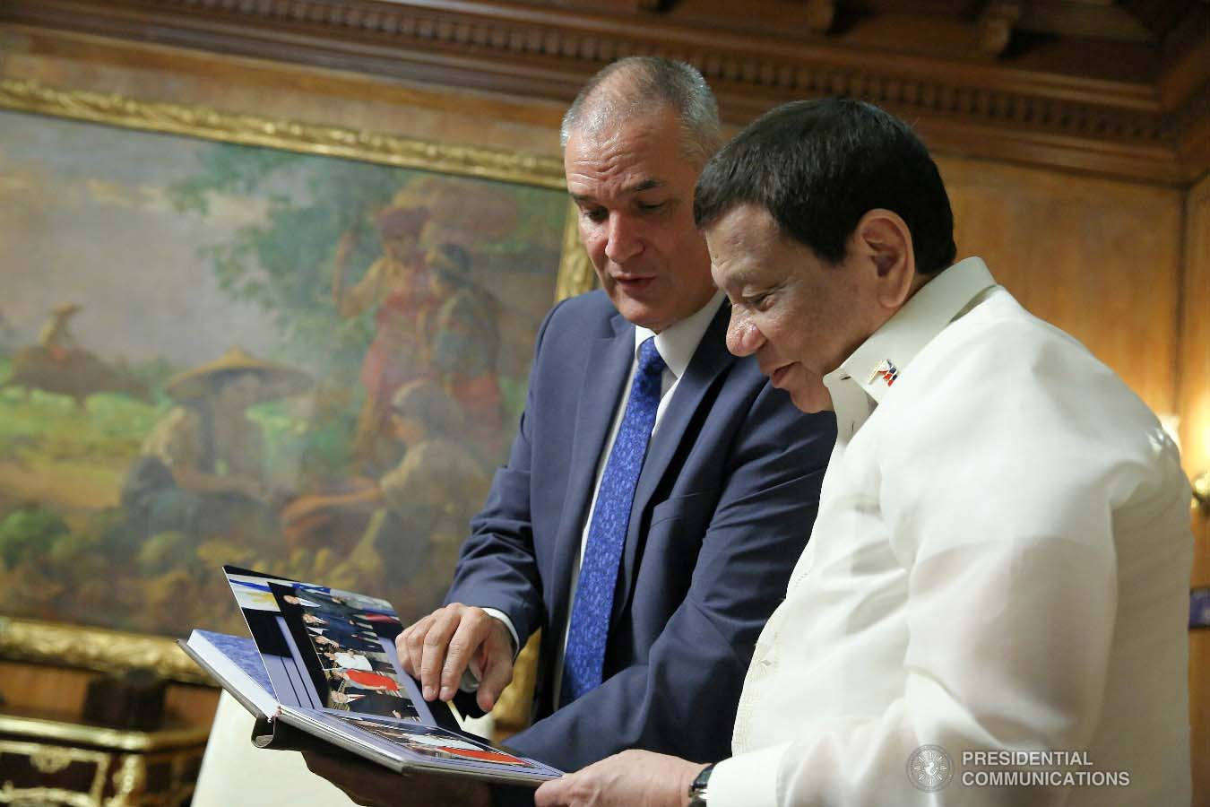 President Rodrigo Roa Duterte takes time to appreciate the token presented by Ambassador of Israel to the Philippines Rafael Harpaz who paid a courtesy call on the President at the Malacañan Palace on January 31, 2019. ALBERT ALCAIN/PRESIDENTIAL PHOTO