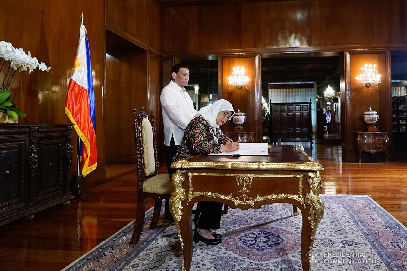 President Rodrigo Roa Duterte accompanies Republic of Singapore President Halimah Yacob as she signs the guest book upon her arrival at the Malacañan Palace on September 9, 2019. KING RODRIGUEZ/PRESIDENTIAL PHOTO