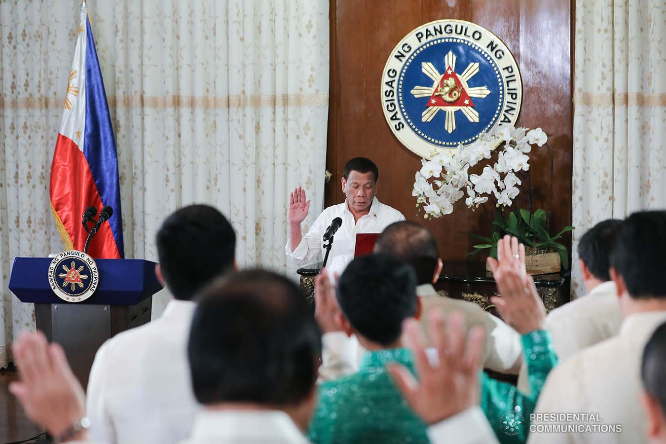 President Rodrigo Roa Duterte administers the oath to the officers of the League of Vice Governors of the Philippines during a ceremony at the Malacañan Palace on September 10, 2019. ALFRED FRIAS/PRESIDENTIAL PHOTO
