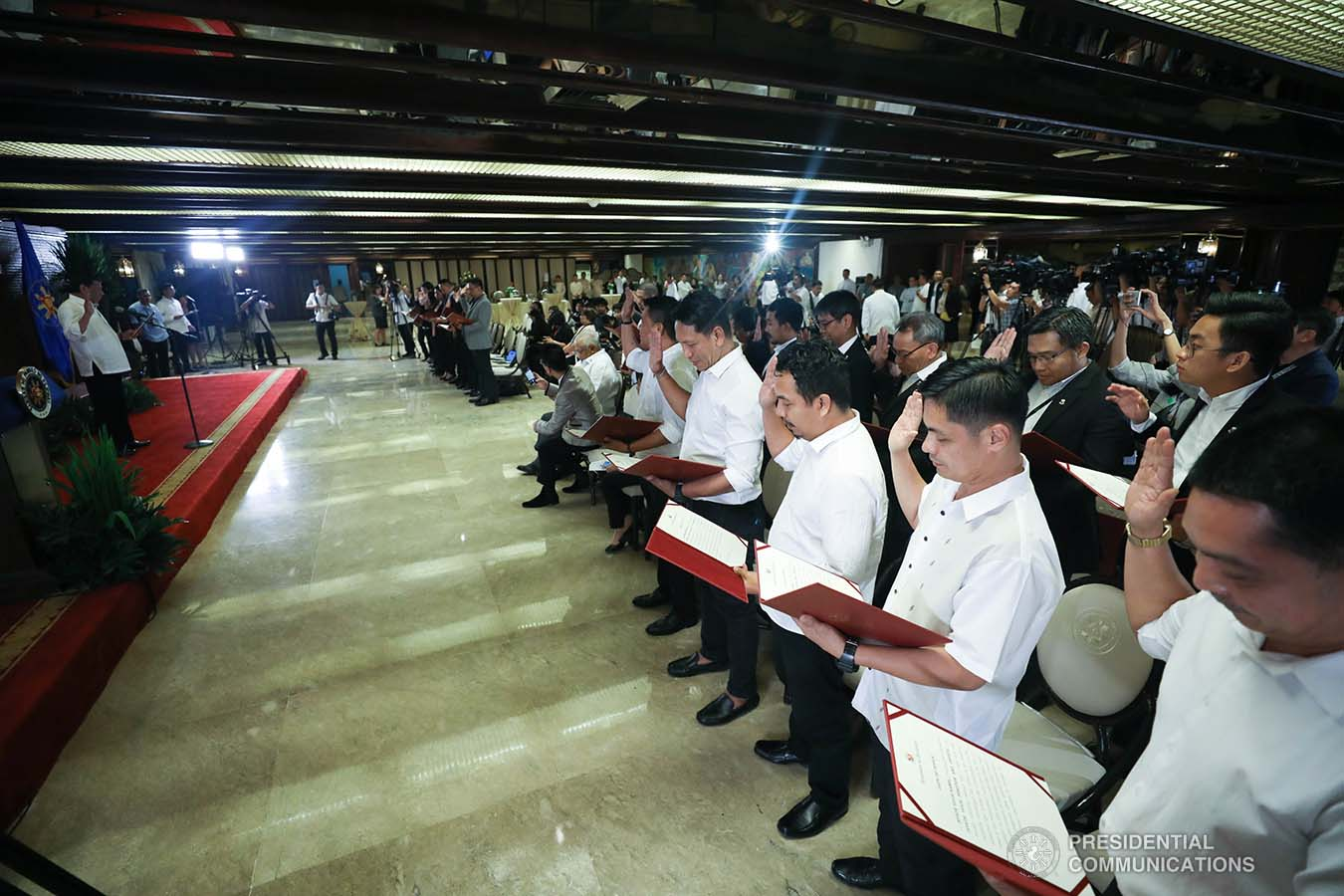 President Rodrigo Roa Duterte administers the oath to the officers of the Malacañang Press Corps, Presidential Photojournalists Association, and Malacañang Cameramen Association during a ceremony at the Malacañan Palace on September 10, 2019. SIMEON CELI JR./PRESIDENTIAL PHOTO