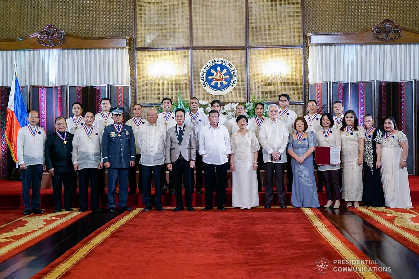 President Rodrigo Roa Duterte poses for posterity with the awardees during the 2019 Outstanding Government Workers Awards Rites at the Malacañan Palace on September 10, 2019. KING RODRIGUEZ/PRESIDENTIAL PHOTO