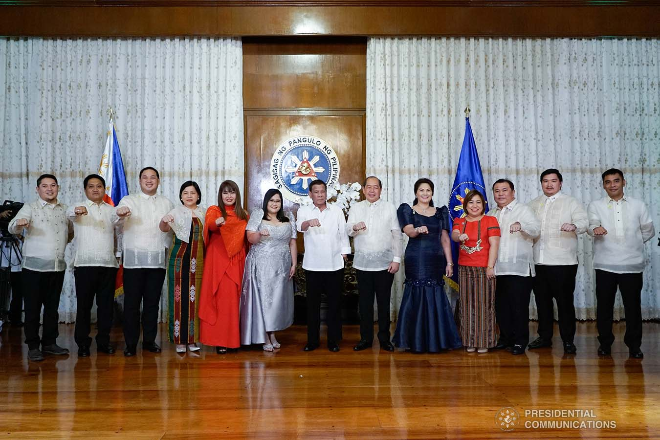 President Rodrigo Roa Duterte strikes his signature pose with the officers of the League of Vice Governors of the Philippines during their oath-taking ceremony at the Malacañan Palace on September 10, 2019. KING RODRIGUEZ/PRESIDENTIAL PHOTO