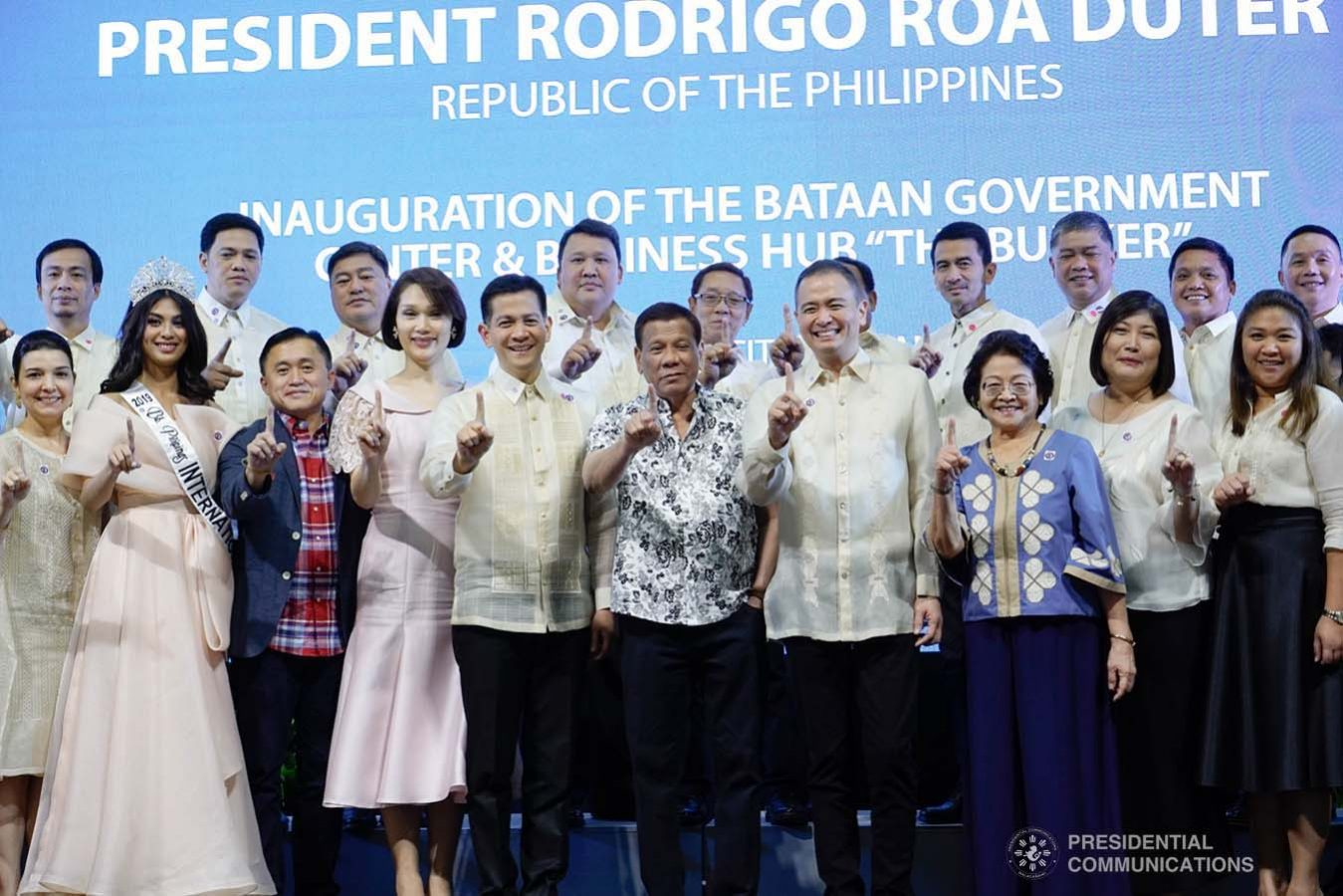 """President Rodrigo Roa Duterte poses for posterity with the guests during the inauguration of the Bataan Government Center and Business Hub """"The Bunker"""" in Balanga City, Bataan on September 12, 2019. KING RODRIGUEZ/PRESIDENTIAL PHOTO"""