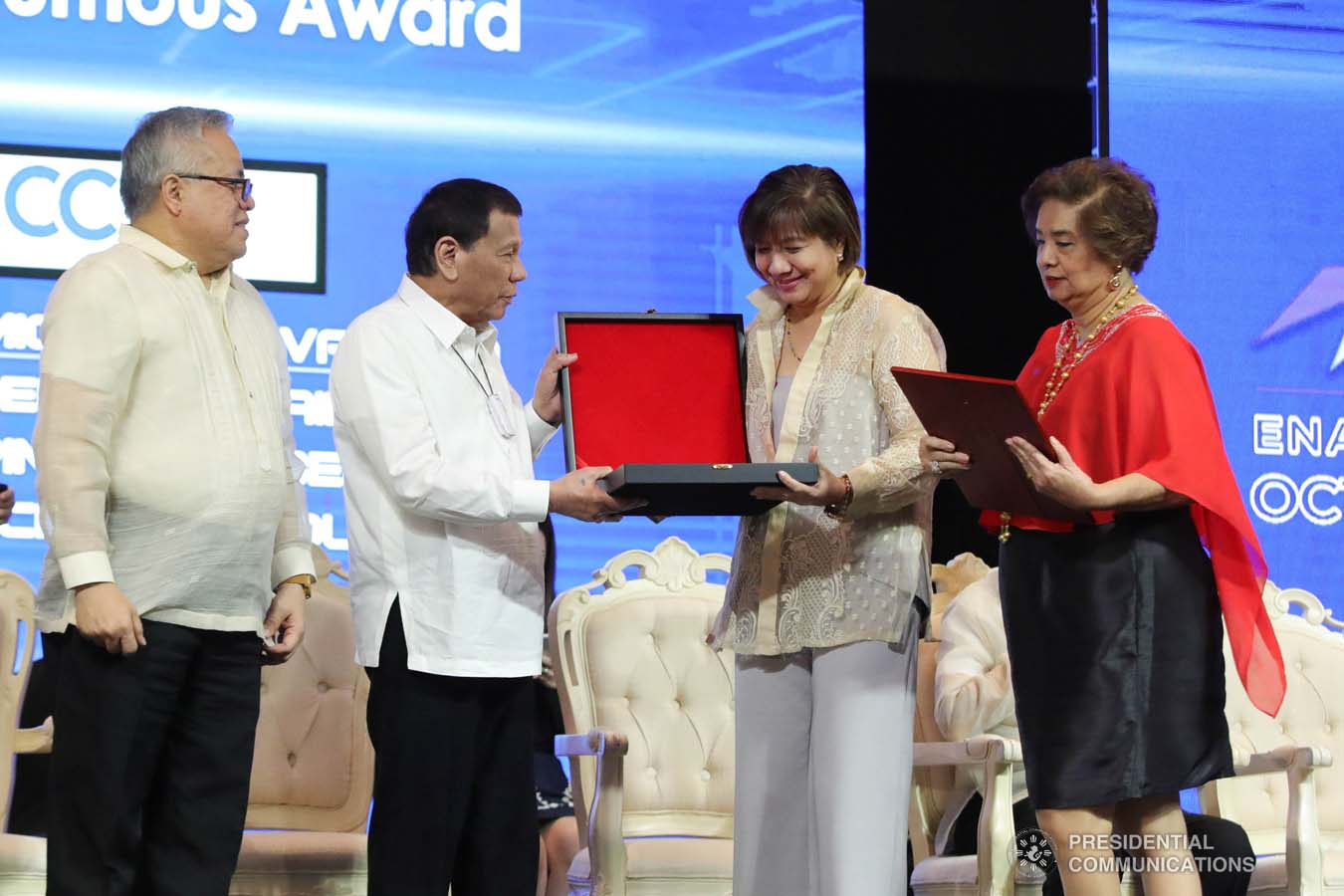 President Rodrigo Roa Duterte posthumously confers the International Chamber of Commerce (ICC) Global Posthumous Award on Miguel Varela during the 45th Philippine Business Conference and Expo at The Manila Hotel on October 17, 2019. Receiving the award are his daughter Michell and wife Cecille. ROBINSON NIÑAL JR./PRESIDENTIAL PHOTO