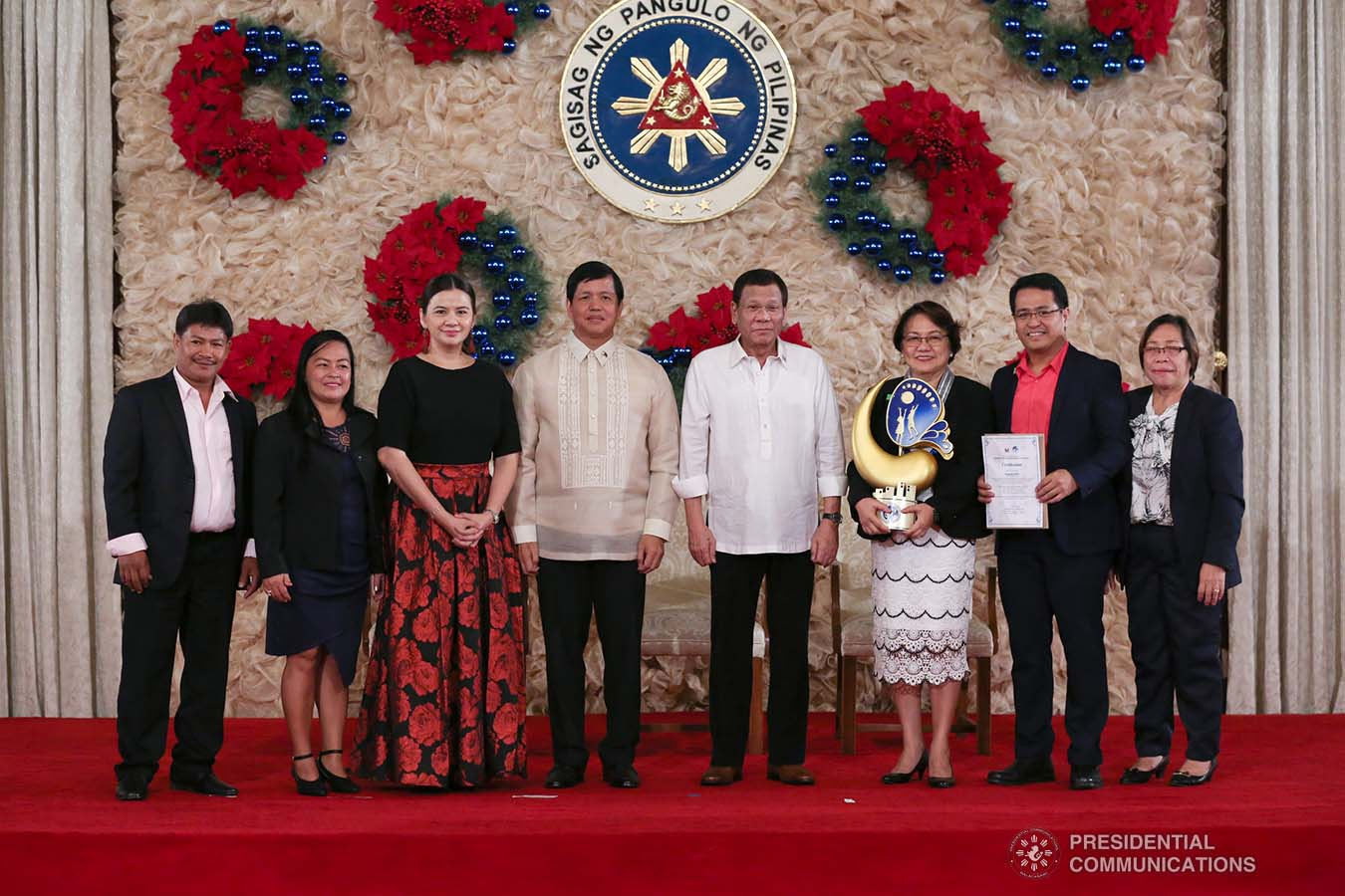 President Rodrigo Roa Duterte poses for posterity with Social Welfare and Development Secretary Rolando Bautista, Council for the Welfare of Children (CWC) Executive Director Mary Uy, and the awardees of the 2018 Presidential Award for Child-Friendly Municipalities and Cities (PACFMC) during the awarding ceremony at the Malacañan Palace on November 28, 2019. ALBERT ALCAIN/PRESIDENTIAL PHOTO