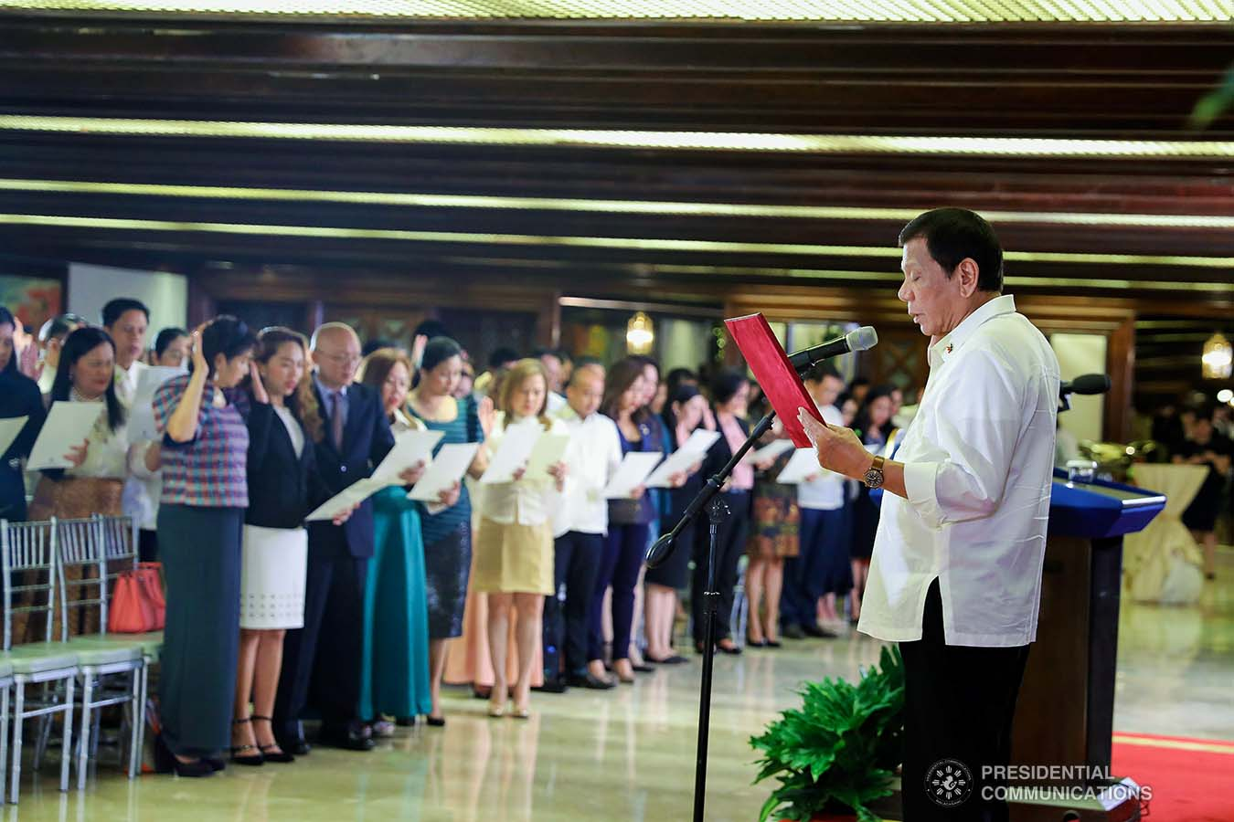 President Rodrigo Roa Duterte inducts the newly-appointed government officials during a ceremony at the Malacañan Palace on December 3, 2019. VALERIE ESCALERA/PRESIDENTIAL PHOTO