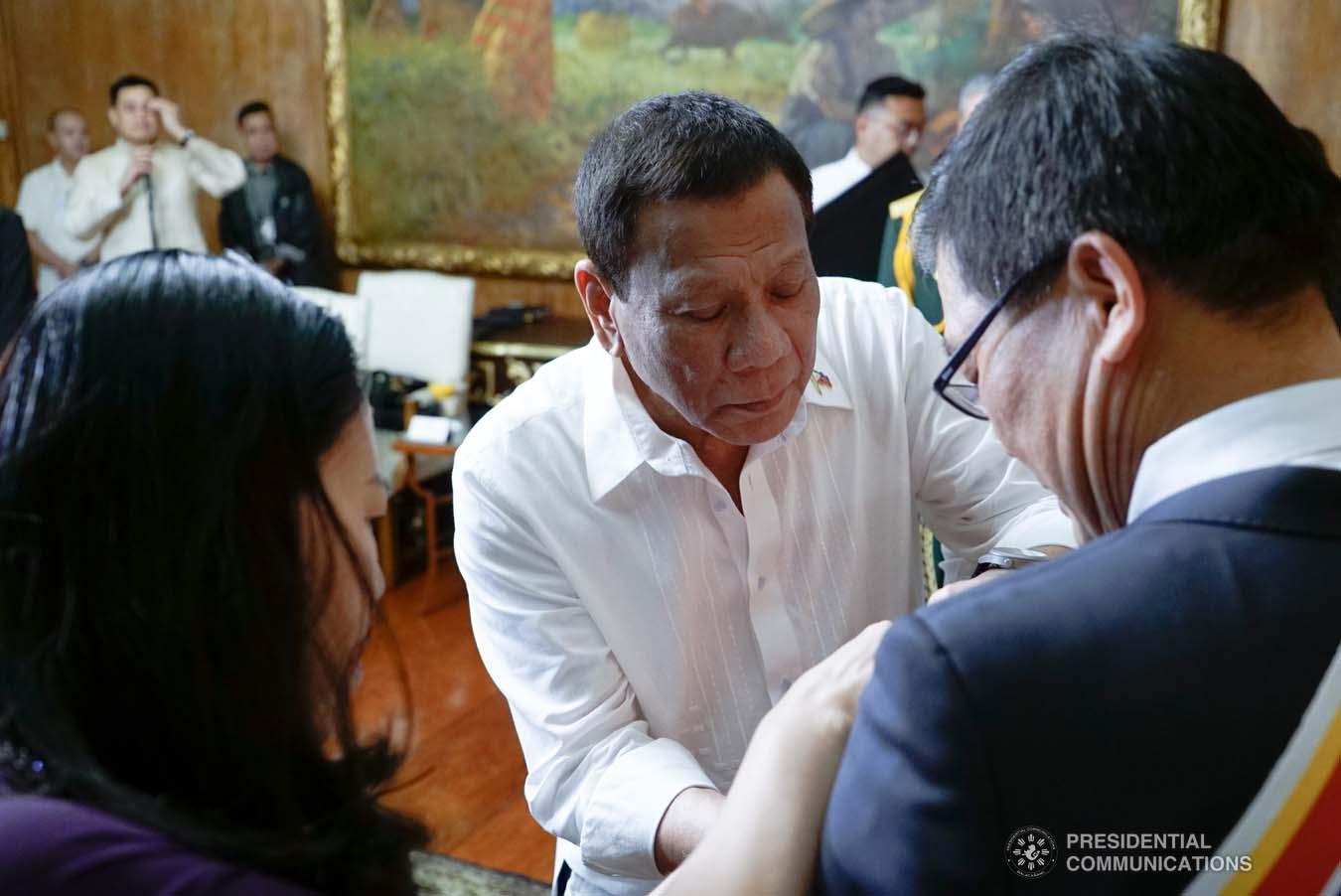 President Rodrigo Roa Duterte confers the Order of Sikatuna with the Rank of Datu on outgoing Ambassador of the Socialist Republic of Vietnam to the Philippines Ly Quoc Tuan during his farewell call to the President at the Malacañan Palace on December 11, 2019. KING RODRIGUEZ/PRESIDENTIAL PHOTO