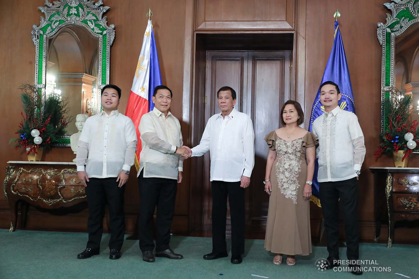 President Rodrigo Roa Duterte poses for posterity with newly-appointed Supreme Court Associate Justice Samuel Gaerlan and his family during the oath-taking ceremony at the Malacañan Palace on January 8, 2020.VALERIE ESCALERA/PRESIDENTIAL PHOTO