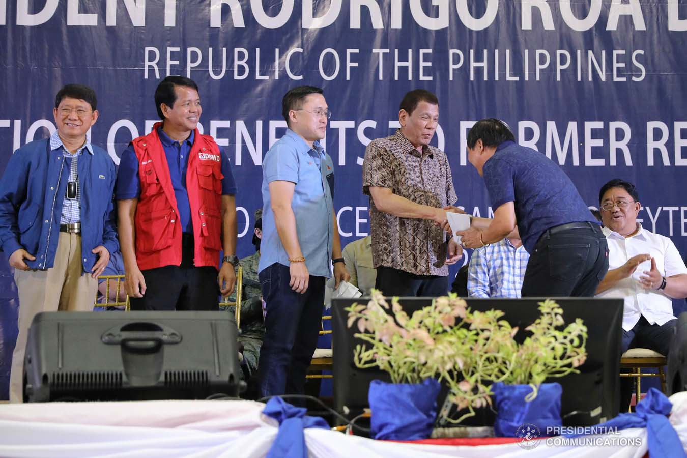 President Rodrigo Roa Duterte leads the distribution of benefits to former rebels at the San Isidro Central School in Leyte on January 23, 2020. VALERIE ESCALERA/PRESIDENTIAL PHOTO