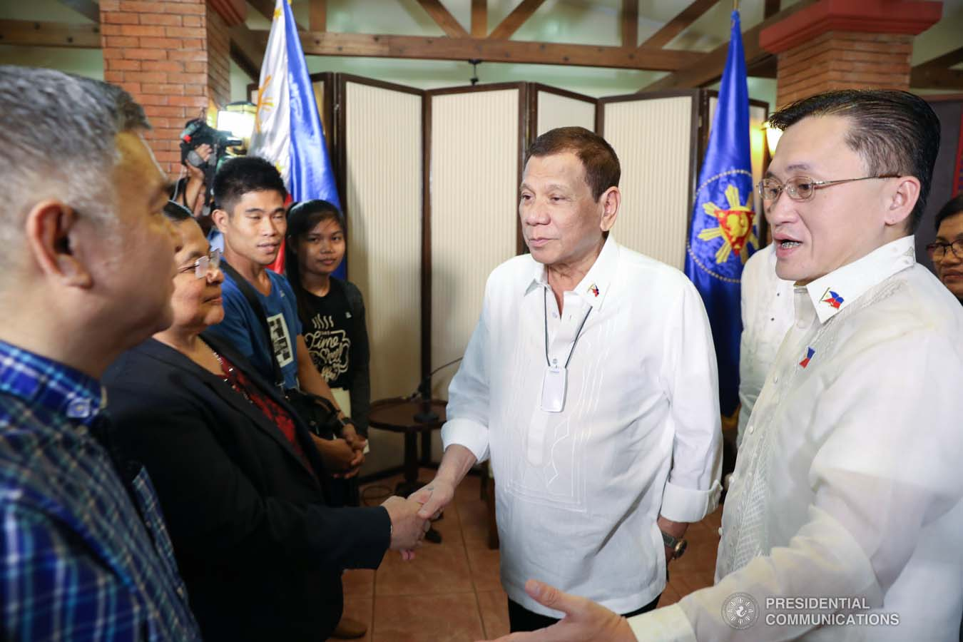 """President Rodrigo Roa Duterte greets the officials of the National Kidney Transplant Institute during a meeting at the Malago Clubhouse in Manila on January 15, 2020. With the President is Senator Christopher """"Bong"""" Go. ACE MORANDANTE/PRESIDENTIAL PHOTO"""