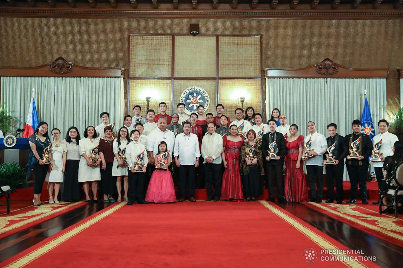 President Rodrigo Roa Duterte poses for posterity with the 12th Ani ng Dangal Awardees during the presentation of awards at the Malacañan Palace on February 26, 2020. SIMEON CELI JR./PRESIDENTIAL PHOTO