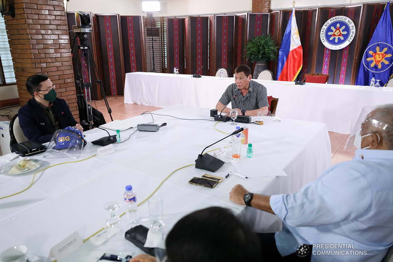 """President Rodrigo Roa Duterte discusses matters with officials of the Philippine National Police and the Armed Forces of the Philippines prior to his announcement at the Malacañang Golf (Malago) Clubhouse in Malacañang Park, Manila on October 8, 2020. The President together with Executive Secretary Salvador Medialdea, Interior and Local Government Secretary Eduardo Año, and Senator Christopher """"Bong"""" Go made an announcement discussing the impasse in Congress and called on its members to resolve the issues on the passing of the national budget for 2021. SIMEON CELI/ PRESIDENTIAL PHOTO"""