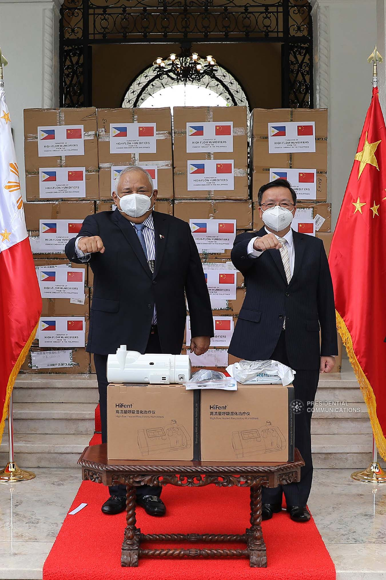 Executive Secretary Salvador Medialdea and Chinese Ambassador to the Philippines Huang Xilian pose for prosperity following the ceremonial turnover of 150 units of High-Flow Nasal Cannula Oxygen Therapy equipment with 300 sets of accessories  at the Kalayaan in Malacañan Palace on October 21, 2020. Joining them are Presidential Assistant on Foreign Affairs and Chief of Presidential Protocol Robert E.A. Borje and representatives from the Department on Foreign Affairs, and the Department of Health. The humidifiers donated by Chinese Embassy in the Philippines will help ramp up the capacities of Philippine public hospitals and facilities in providing treatment to COVID-19 patients. The assistance forms part of the Philippines-China partnership in addressing the global challenges brought by the COVID-19 pandemic. ALFRED FRIAS/ PRESIDENTIAL PHOTO