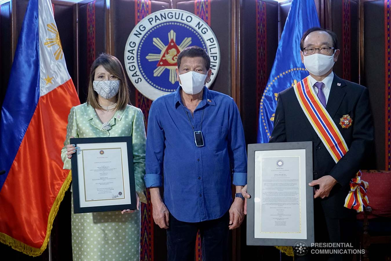President Rodrigo Roa Duterte poses for a photo with outgoing Ambassador of Japan to the Philippines Koji Haneda and his wife, Madame Ihoko. The President conferred the Order of Sikatuna with the rank of Datu on the Japanese Ambassador who paid a farewell call on the President at the Malacañang Golf (Malago) Clubhouse in Malacañang Park, Manila on November 10, 2020.  KING RODRIGUEZ/PRESIDENTIAL PHOTO